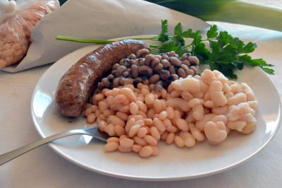 Butifarra and three kinds of beans, photo by Paula Mourenza