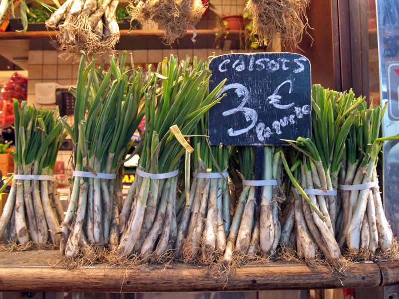 Calçots for sale in Barcelona, photo by Paula Mourenza