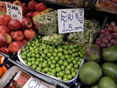 Yeşil erik (unripe green plums) for sale in Istanbul, photo by Yigal Schleifer
