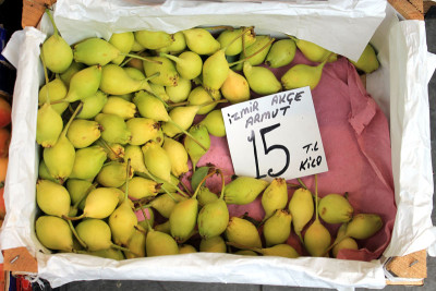 Izmir pears at Uğur Manav, photo by Evan Woodnorth