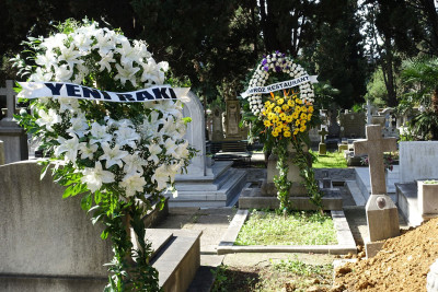 Wreaths for Yorgo Okumuş included one from Yeni Rakı, photo by Ansel Mullins